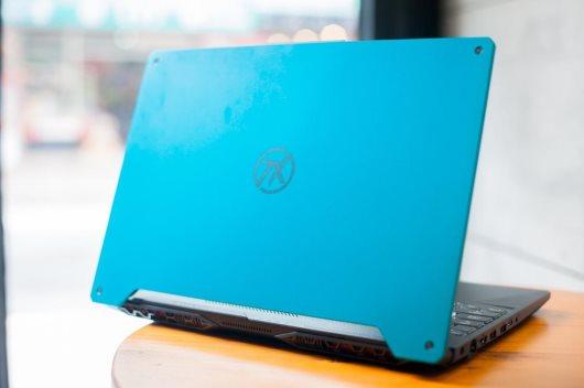 桌子上放着笔记本电脑 -aw-wrap-type:inline